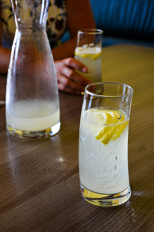 A drink with a few slices of lemon